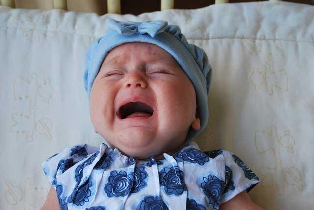 bébé pleure parents