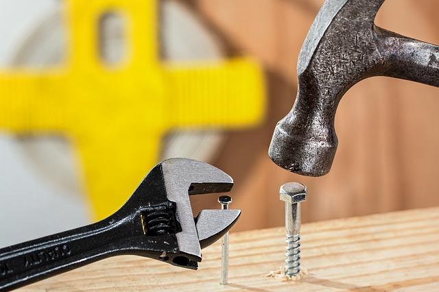 clé et marteau pour débutant en bricolage