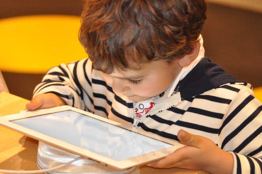 les tablettes pour enfants sont elles mauvaises pour leur sant. Black Bedroom Furniture Sets. Home Design Ideas