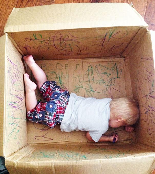 enfant créatif avec un carton